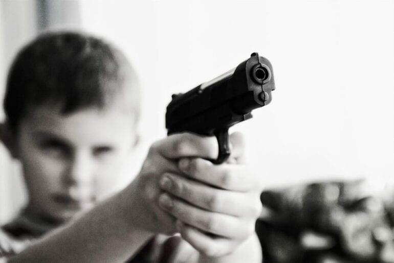 criancas-brincando-com-arma