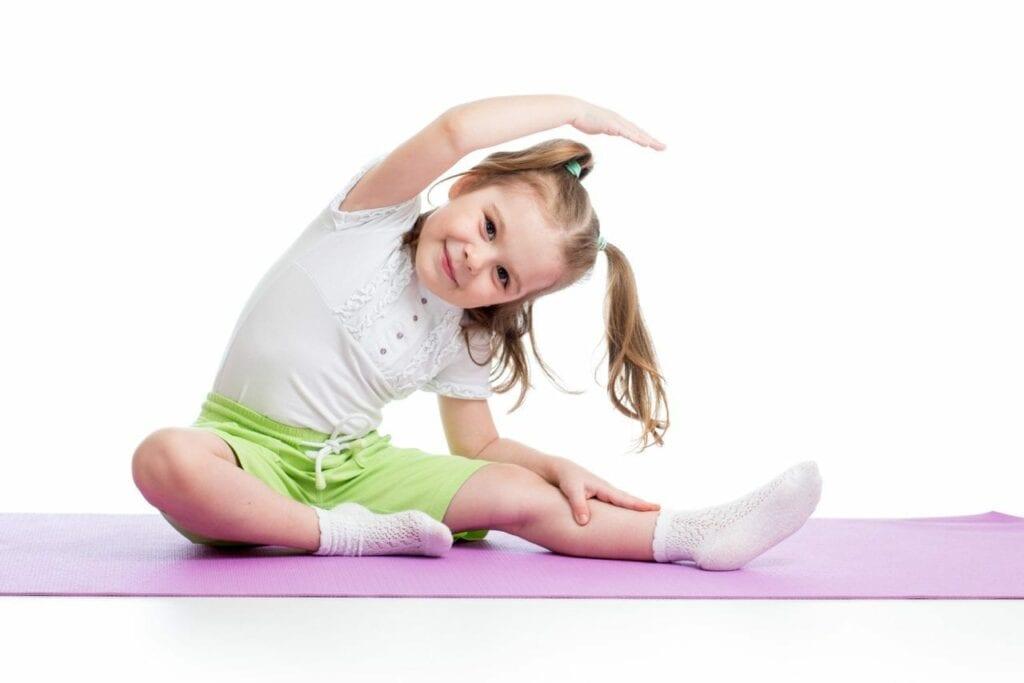 Menina em postura de yoga
