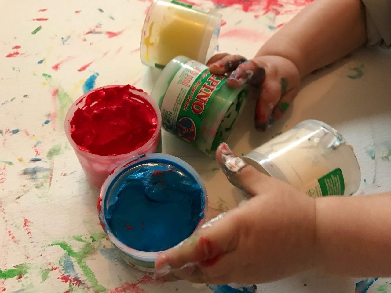 Pintura a dedos aos 6 meses