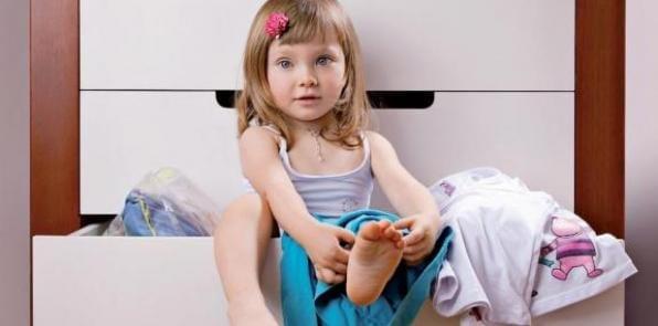 crianca de dois anos vestir sozinha