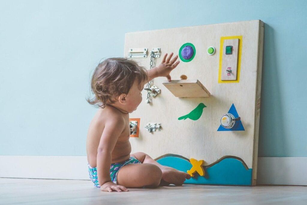 painel com atividades montessori