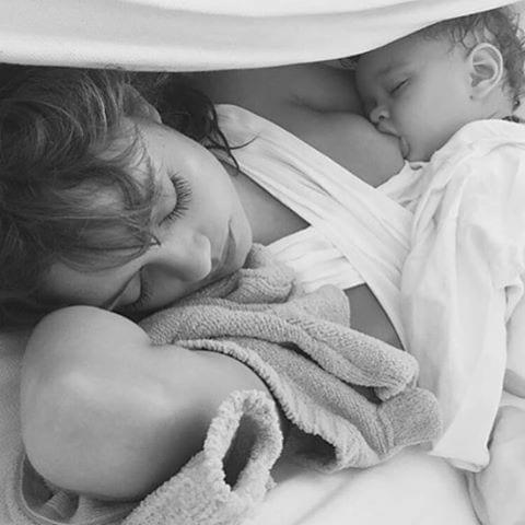 sophie charlotte amamentando filho