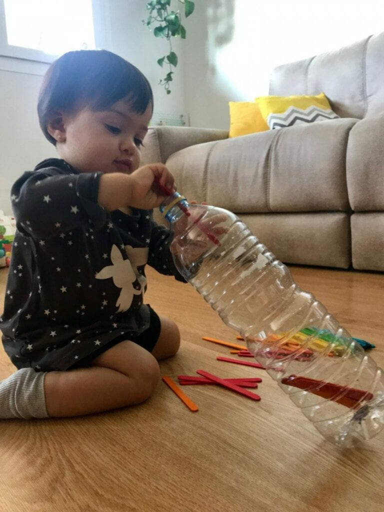 brinquedo com garrafa e palitos 03