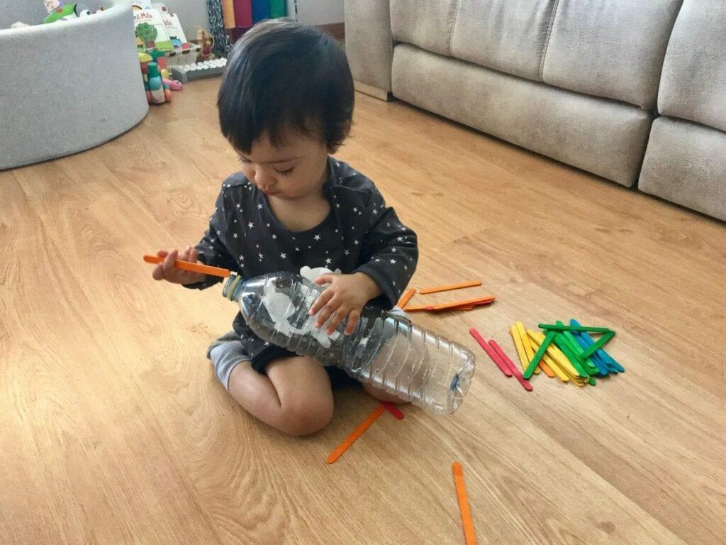 brinquedo com garrafa e palitos 04