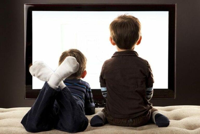 criancas diante da televisao