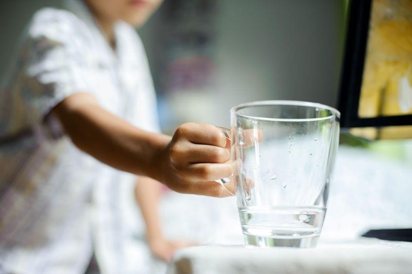 Por que as crianças pedem água antes de dormir?