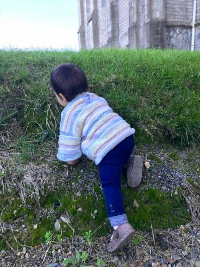 crianca brincando na natureza