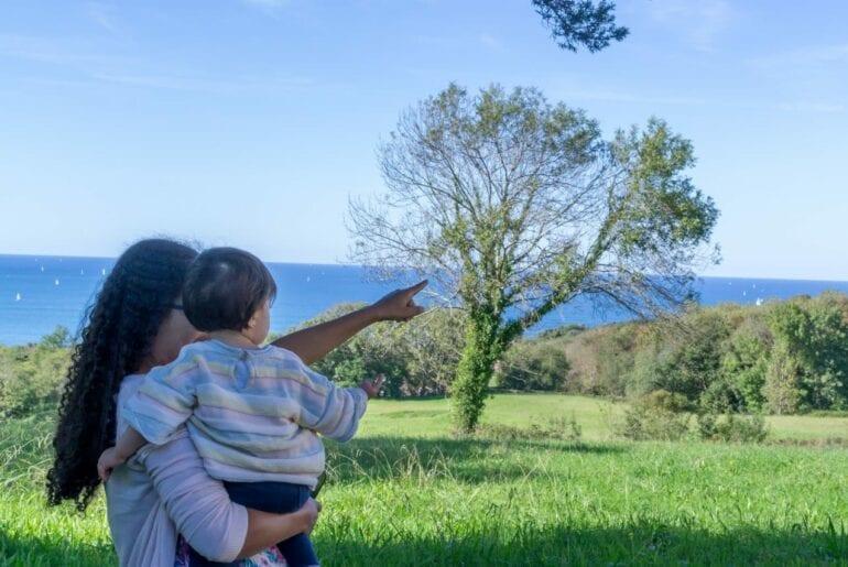 mae e filho conectados na natureza
