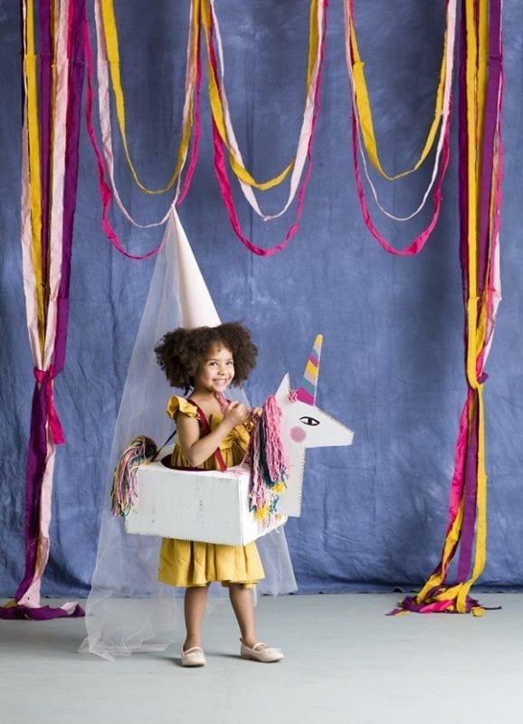 unicornio feito de caixa de papelao 00