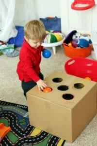 Encaixando as bolas de cores na caixa