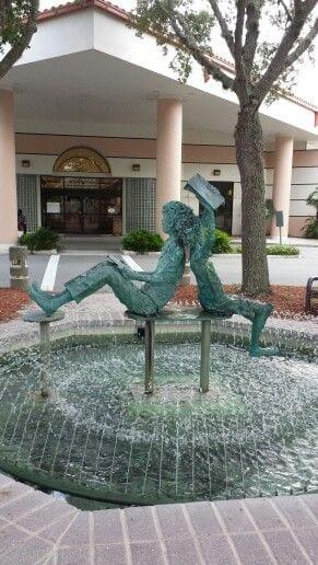 chafariz meninos lendo Library fountain- Port Orange, Florida