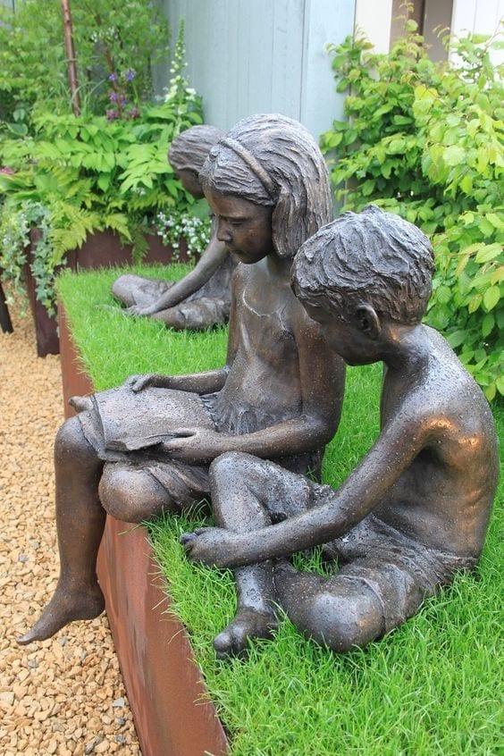 criancas lendo no jardim London
