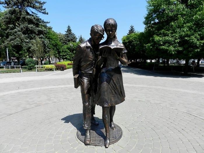 criancas lendo um livro Krasnodar Russia