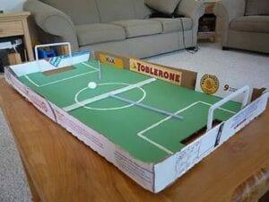 Futebol em caixa de pizza usando sopro