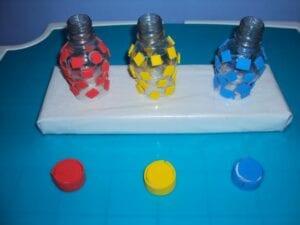 Garrafas de cores para encaixe de tampa
