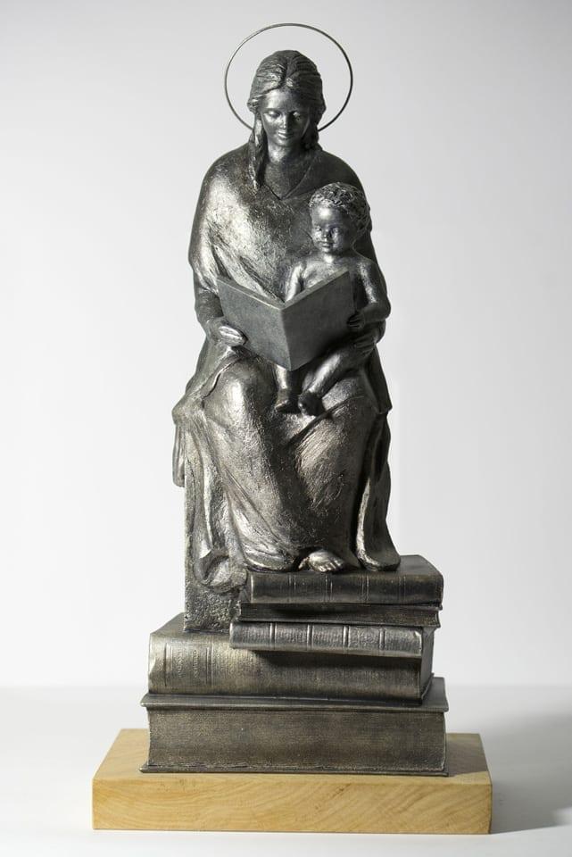 mae com menino lendo escultura