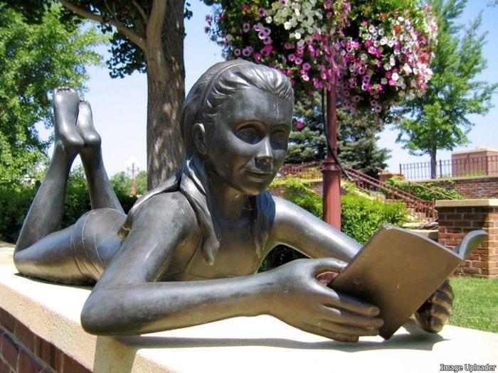 menina adolescente lendo livro minnesota eua