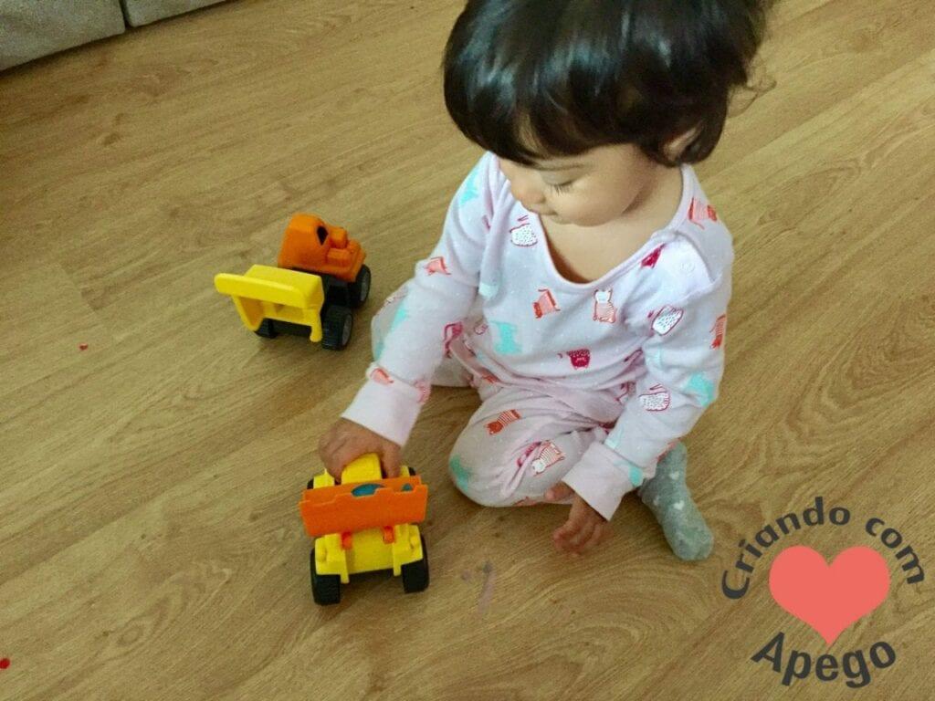 menina-brincando-de-carrinho-01