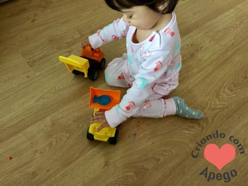 menina-brincando-de-carrinho-02