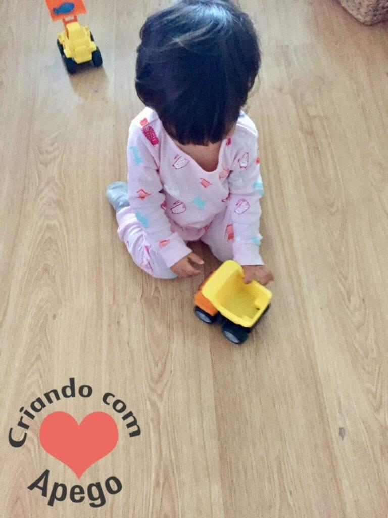 menina-brincando-de-carrinho-05