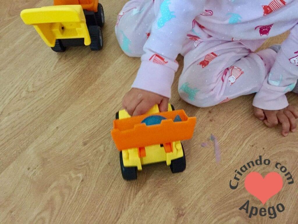 menina-brincando-de-carrinho-06