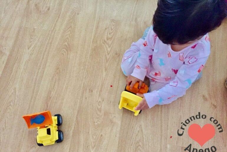 menina-brincando-de-carrinho-07