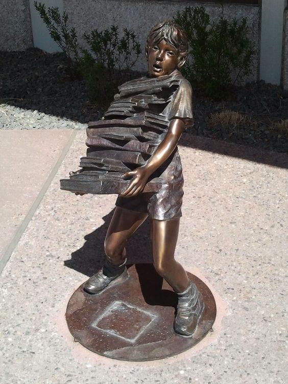 menino-carregando-pilha-de-livrosPenrose-Public-Library-colorado