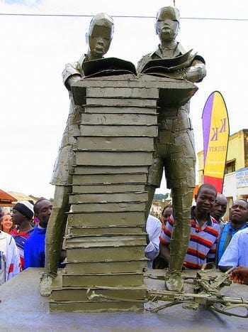 meninos leitores de Uganda Gulu