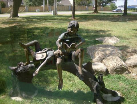 meninos lendo no jardimTulsa City-County Library