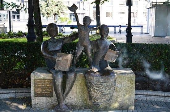 monumento ao livro a coruña