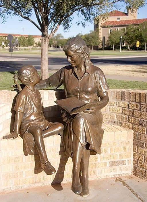 mulher e filho lendo Glenna Goodacre