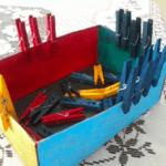 Encaixando pregadores de cores na caixa