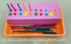 Encaixando palitos de cores