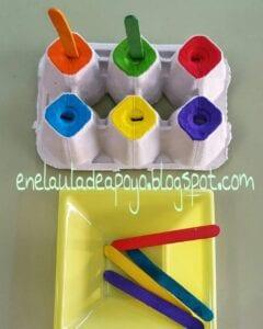 Caixa de ovos e palitos de cores