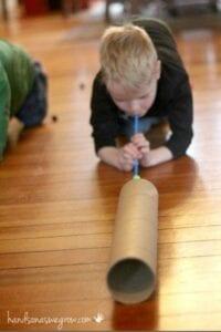 Soprando no tubo de papelão