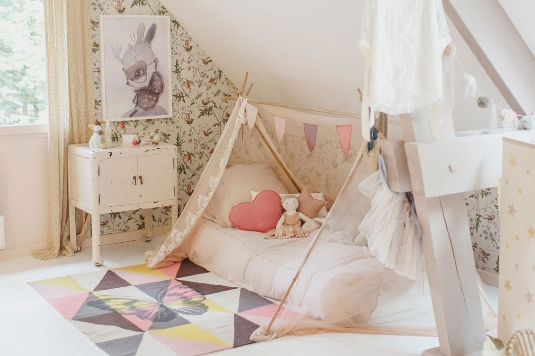 Cama cabana montessoriana criando com apego for Decoracion habitacion nina