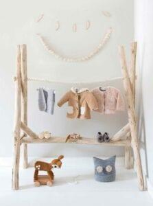 Cabideiro montessoriano infantil de madeira rúsitca