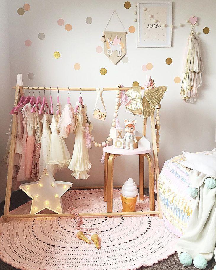 quarto montessoriano guarda-roupa