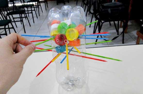 brinquedos reciclados garrafas pet balanca cai