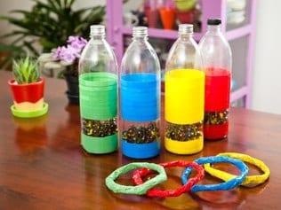 brinquedos reciclados garrafas pet jogo de argolas das cores