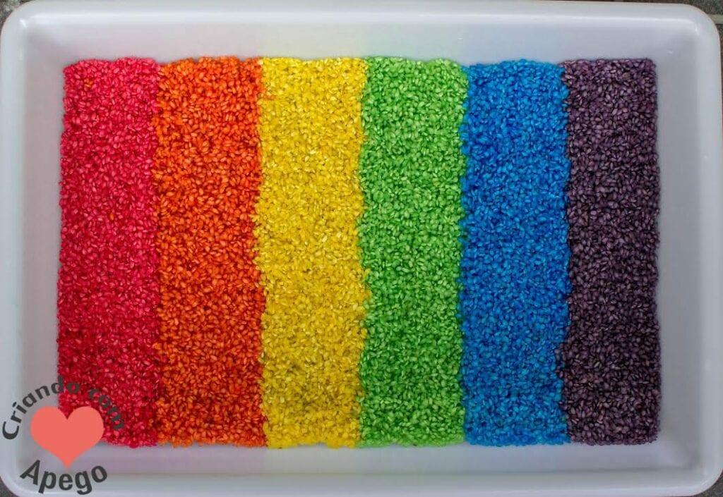caixa-sensorial-arroz-arco-iris-criancas-01