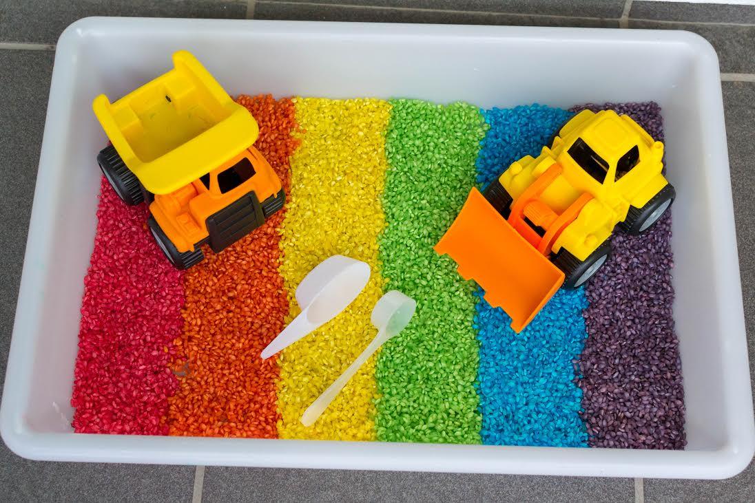 caixa sensorial arroz arco iris criancas 02