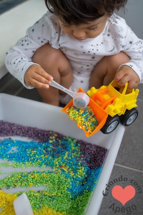 caixa sensorial arroz arco iris criancas 07