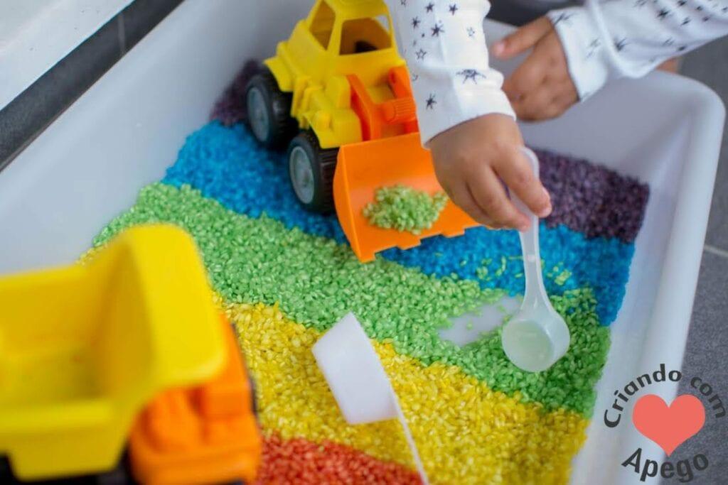 caixa sensorial arroz arco iris criancas 08