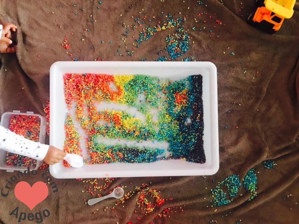 caixa sensorial arroz arco iris criancas 12