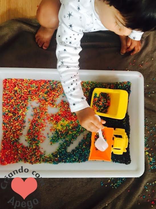 caixa sensorial arroz arco iris criancas 17