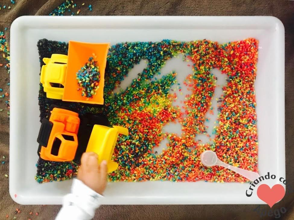 caixa sensorial arroz arco iris criancas 18