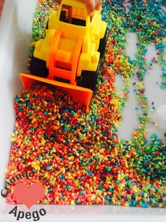 caixa sensorial arroz arco iris criancas 19