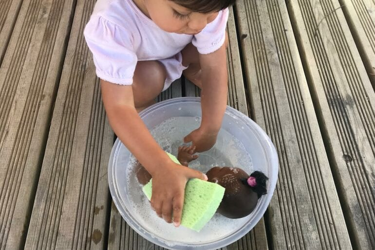 jogo montessori dar banho na boneca