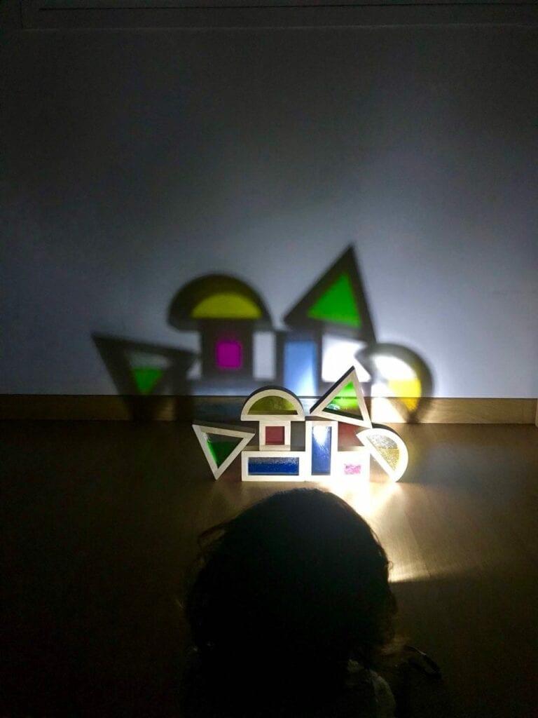 Atividade com luz e sombra inspirada em Reggio Emilia